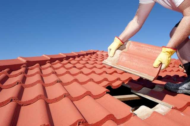 Consertando telhado quebrado